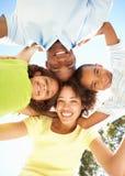 Família feliz que olha para baixo na câmera no parque fotos de stock royalty free