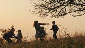 Família feliz que passa o tempo junto vídeos de arquivo