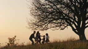 Família feliz que passa o tempo junto filme