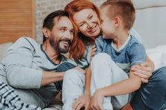 Família feliz que passa o tempo junto em casa fotografia de stock