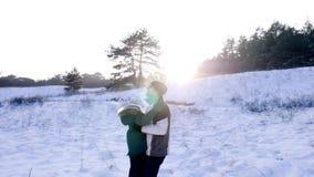 Família feliz que passa o tempo junto na natureza, jogo do pai com o filho no luminoso na floresta filme
