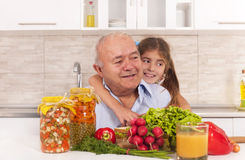 família feliz que prepara o alimento saudável Foto de Stock Royalty Free