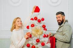 Família feliz que prepara-se ao ano novo Festa natalícia do Natal Natal, celebração do ano novo Projeto do vermelho e do branco fotos de stock