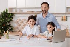 Família feliz que prepara-se para o próximo dia escolar Imagens de Stock