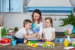 Família feliz que prepara-se para a Páscoa Foto de Stock Royalty Free