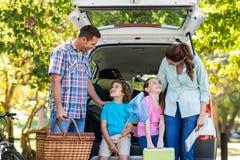 Família feliz que prepara-se para a viagem por estrada Imagens de Stock Royalty Free