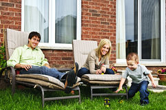 Família feliz que relaxa em casa Imagens de Stock Royalty Free