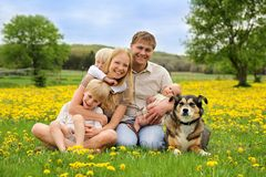 Família feliz que relaxa no país Foto de Stock Royalty Free
