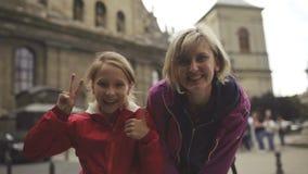Família feliz que ri dentro na cidade filme