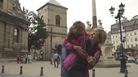 Família feliz que ri dentro na cidade vídeos de arquivo