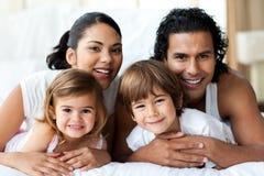 Família feliz que sorri na câmera Fotografia de Stock Royalty Free