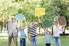 Família feliz que sustenta bolhas do discurso Imagem de Stock Royalty Free