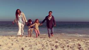 Família feliz que tem o divertimento filme