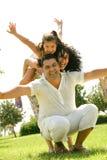 Família feliz que tem o divertimento ao ar livre Foto de Stock Royalty Free