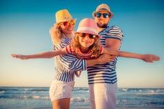 Família feliz que tem o divertimento em férias de verão
