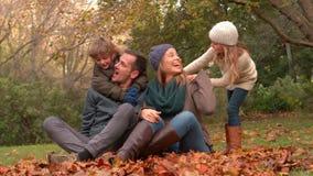Família feliz que tem o divertimento junto