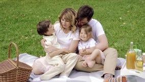 Família feliz que tem o divertimento junto fora video estoque
