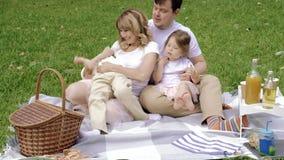 Família feliz que tem o divertimento junto fora vídeos de arquivo