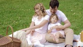 Família feliz que tem o divertimento junto fora filme