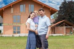 Família feliz que tem o divertimento na frente da casa fotos de stock royalty free