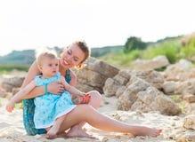 Família feliz que tem o divertimento na praia Imagem de Stock