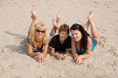 Família feliz que tem o divertimento na praia Foto de Stock Royalty Free