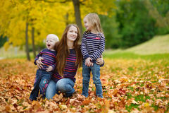 Família feliz que tem o divertimento no dia do outono fotos de stock