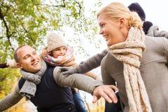 Família feliz que tem o divertimento no parque do outono fotografia de stock royalty free