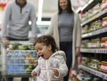 Família feliz que tem o divertimento no supermercado imagens de stock