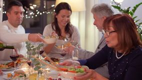 Família feliz que tem o partido de jantar em casa video estoque