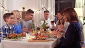 Família feliz que tem o partido de jantar em casa vídeos de arquivo