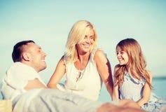 Família feliz que tem um piquenique Foto de Stock Royalty Free