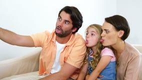 Família feliz que toma um selfie vídeos de arquivo