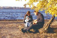 Família feliz que toma uma caminhada fora foto de stock
