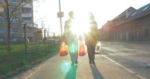 Família feliz que vai em casa com sacos de mantimento video estoque