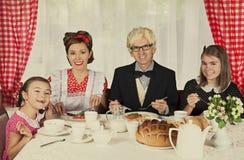 A família feliz tem o café da manhã Fotos de Stock Royalty Free