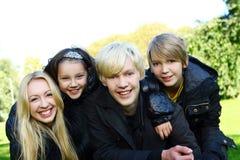 A família feliz tem o divertimento no parque fotografia de stock royalty free