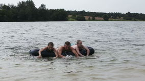 A família feliz tem um resto no lago no verão vídeos de arquivo