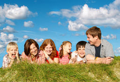 Família grande feliz fora Fotografia de Stock Royalty Free