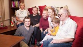 Família grande feliz que acena com suas mãos filme