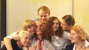 Família grande que abraça no movimento lento filme