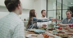 Família grande que corta o alimento na manhã ao tomar um café da manhã saudável video estoque
