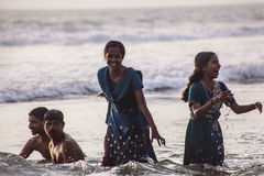 A família hindu faz santamente banha-se na afluência sagrado na praia de Papanasam Foto de Stock