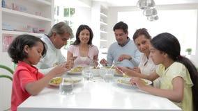 Família indiana da multi geração que come a refeição em casa vídeos de arquivo