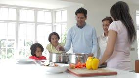 Família indiana da multi geração que cozinha a refeição em casa vídeos de arquivo