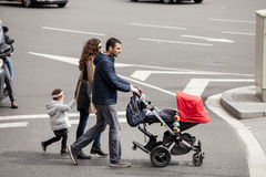 Família inteira com o passeante que anda na estrada Barcelona, Spain imagem de stock