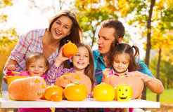 A família inteira prepara-se para Dia das Bruxas no jardim Foto de Stock