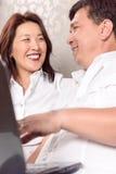 Família intercultural que discute planos novos foto de stock royalty free