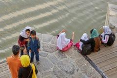 A família iraniana toma imagens dse na ponte de Khaju, Isf Imagem de Stock