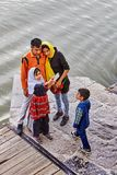 A família iraniana toma a sessão fotográfica pelo rio de Zayandeh, Isfahan, IRA Imagens de Stock